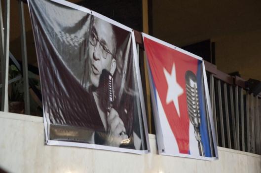 Dos pancartas daban la bienvenida al lugar, una con una foto de Formell, y otra que mostraba el símbolo de su cubanía, representado en la bandera junto a su micrófono.(Foto: María del Carmen Ramón/Cubahora)